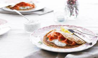 Smoked salmon and dill sauce pancakes